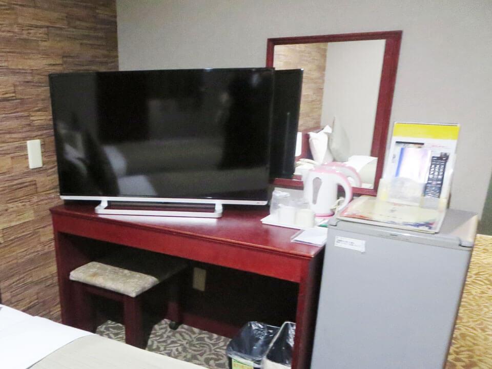 テレビと机